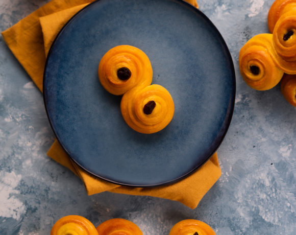 Norwegian saffron buns on a blue plate